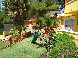Garden of the holiday homes. Rental holiday apartments Benidorm, Costa Blanca